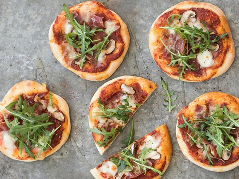 Recept-Mini-pizzas-met-buffelmozzarella-en-parmaham-3x4-klein
