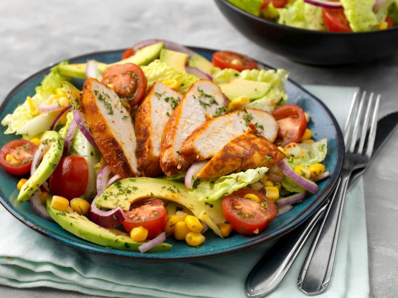 Recept-Mix-voor-pittige-kip-Salade-met-pittige-kip-avocado-mais-en-tomaat3x4-klein
